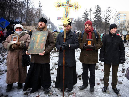 Три иеромонаха несли молебную вахту на майдане, сдерживая агрессию митингующих